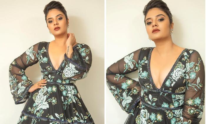 Anchor Sreemukhi Mesmerizing In Cleavage Show-TeluguStop.com