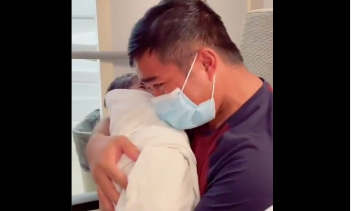 First Time Fathers Reaction On Holding His Newborn Son Wins Hearts-TeluguStop.com