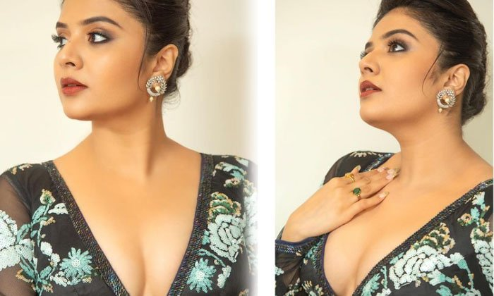 Telugu Cleavage Show, Siima Awards, Sree Mukhi, Telugu Anchor, Telugu Anchor Sree Mukhi Mesmerizing In Cleavage Show, Tollywood-Movie