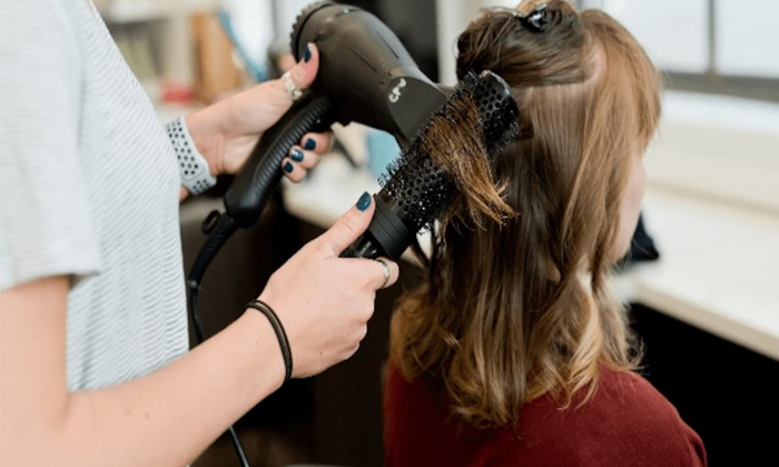 Consumer Court Fines Two Crore Rupees For Cutting Models Hair Wrongly-TeluguStop.com