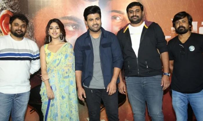Hero Sharwanad Gave His Jacket To A Fan In Mahasamudram Trailer Launch Event-TeluguStop.com