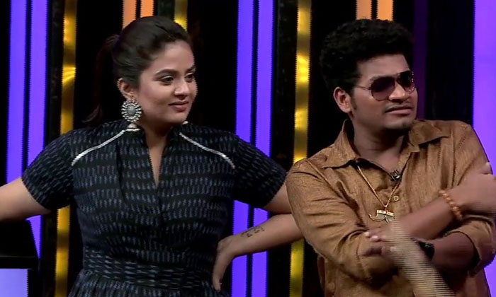 Avinash Photo Shoot With Her Lover Anuja And Sreemukhi Funny Comments-TeluguStop.com