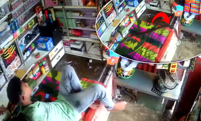 Man Enters The Shop With Courage But Run With Fear What Is The Reason-TeluguStop.com