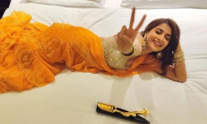 Pooja Hegde Yellow Color Dress Cost-TeluguStop.com