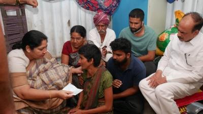 Telangana Ministers Visit Rape-murder Victim's Family-TeluguStop.com