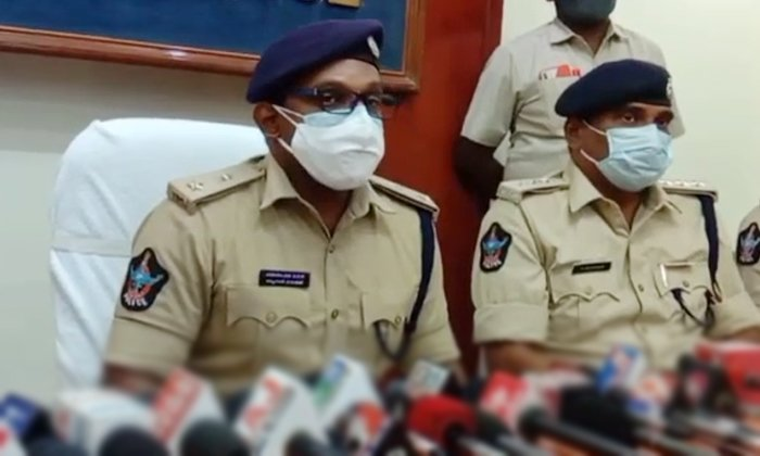 Police Have Arrested Two People For Committing Scams In The Name Of Making Money App-TeluguStop.com