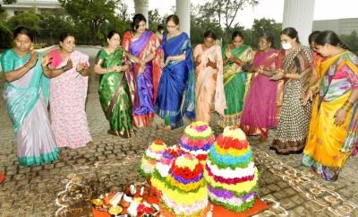 Telangana Cm's Wife, Daughter-in-law Take Part In Bathukamma – Telangana Hyderabad   Telangana News   National,politics,religion-TeluguStop.com